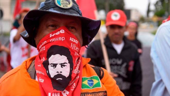 Militante espera a soltura do ex-presidente.