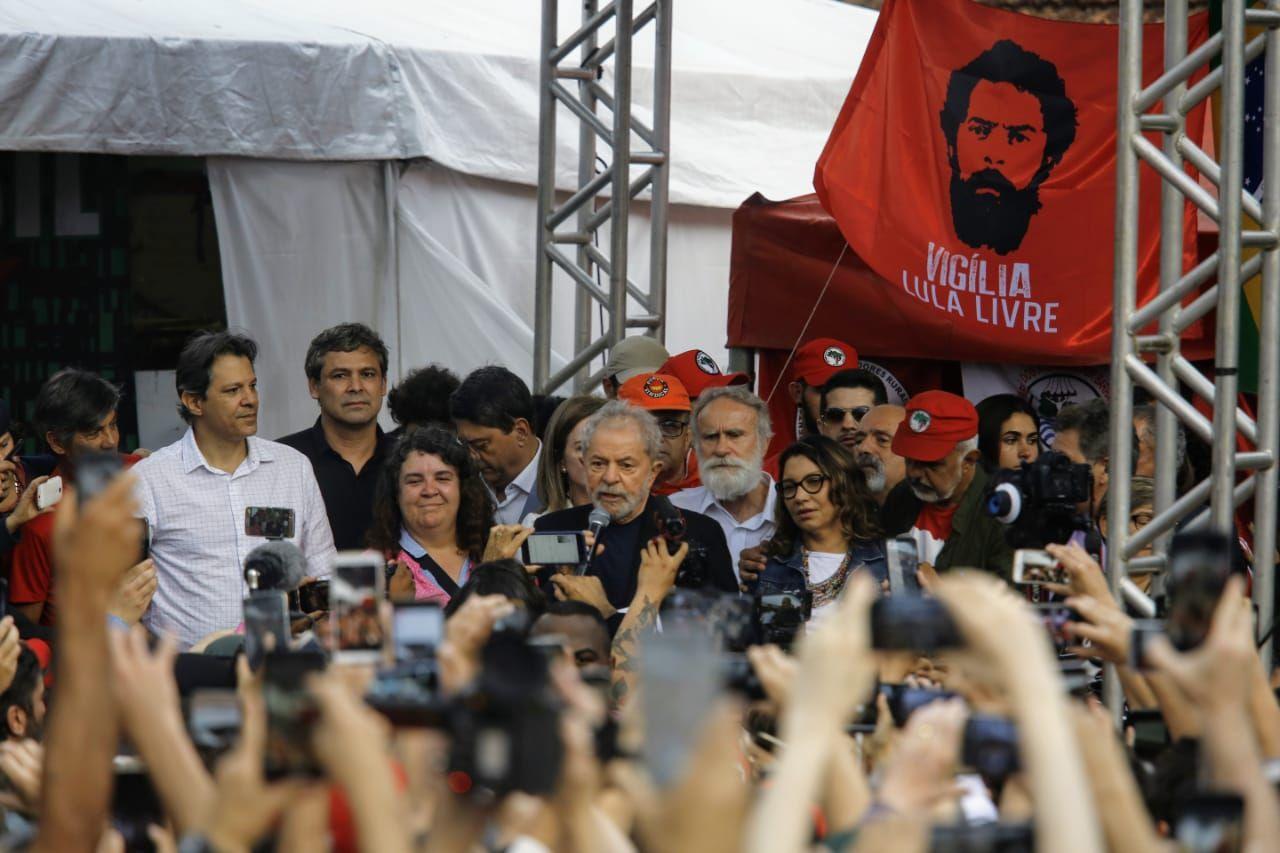 Lula discursou para apoiadores na saída da prisão.