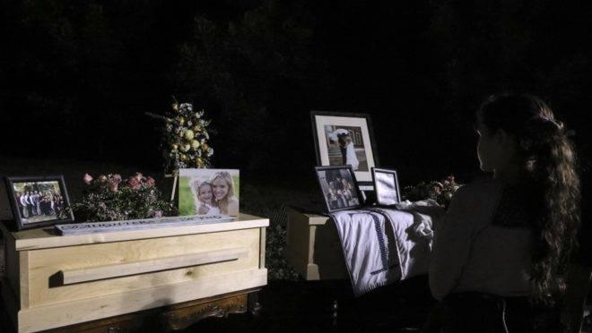 Menina observa caixões de Rhonita Miller e quatro de seus filhos, que estavam entre as nove vítimas do massacre em 4 de novembro no México