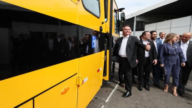Bolsonaro entregou ônibus escolares a municípios de Goias nesta sexta-feira