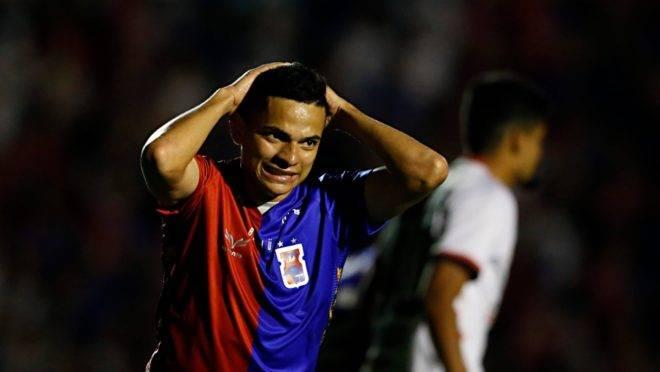 Bruno Rodrigues lamenta chance perdida no primeiro tempo. Foto: Albari Rosa/Gazeta do Povo