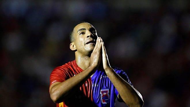 Jenison não teve um grande desempenho contra o Vitória. Foto: Albari Rosa/Gazeta do Povo