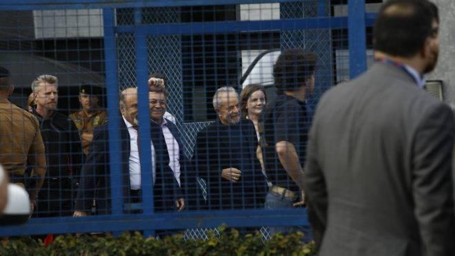 Lula deixa a cadeia em Curitiba: prisão em 2ª instância ameaça obstruir a pauta do Congresso.