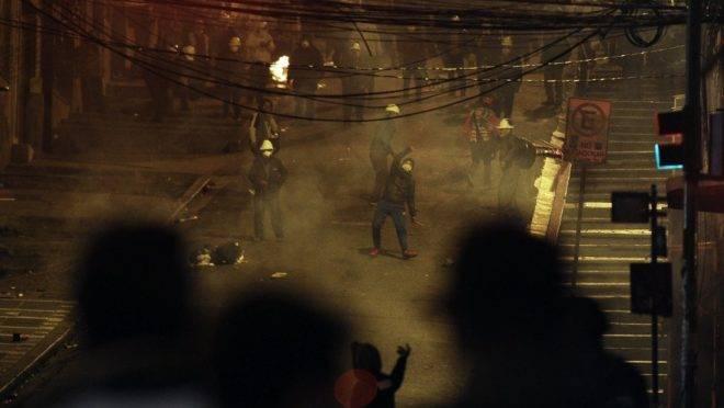 Confronto entre mineiros apoiadores do governo de Evo Morales na Bolívia (no topo) e estudantes em La Paz, 7 de novembro de 2019