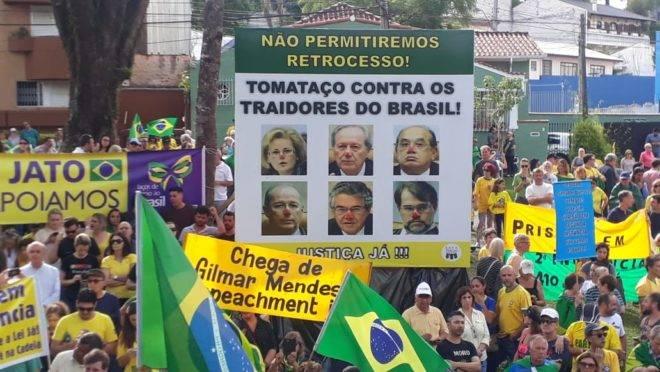 Protesto contra o STF em frente da Justiça Federal, em Curitiba.