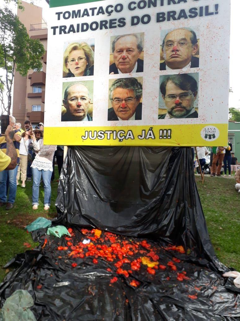 Em Curitiba, manifestantes jogaram tomates em cartaz com fotos de ministros do STF.