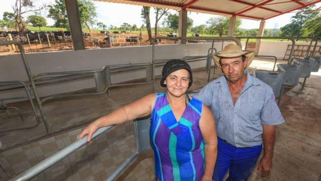 Os pecuaristas Marilza e Lindomar Bueno estão investindo em um novo estábulo que vai possibilitar ordenhar até 12 vacas simultaneamente, o que vai dobrar a capacidade de produção da fazenda.