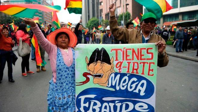 Boliviana protesta em La Paz em meio à suspeita de fraude na eleição presidencial.