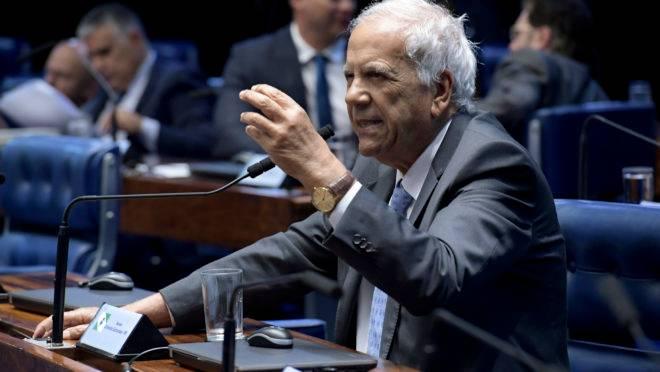 Oriovisto Guimarães fala no plenário do Senado.