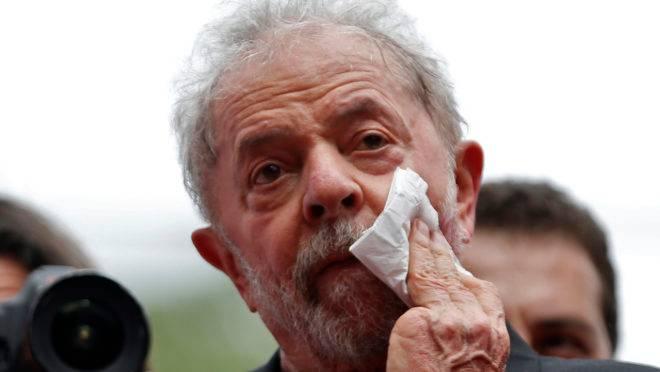 O ex-presidente Lula deixou a carceragem da Polícia Federal, em Curitiba, na última sexta-feira (8).