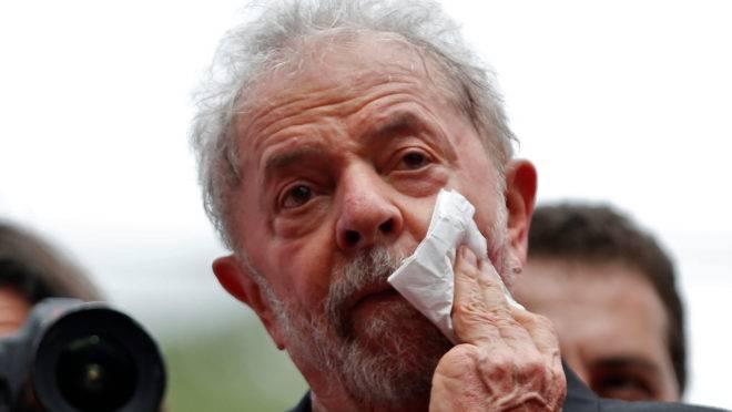 Lula voltou às ruas pelas mãos do STF, mas continua enrolado com a Justiça até o pescoço.