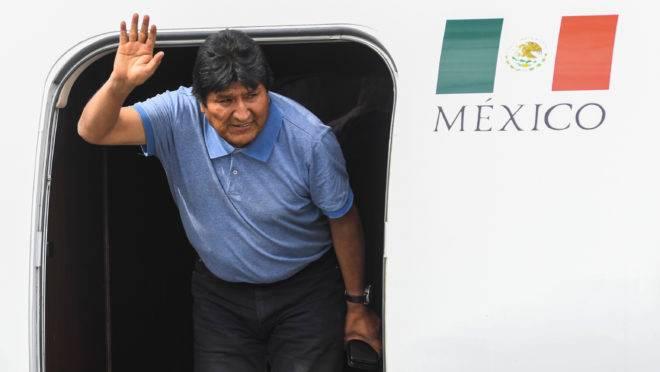 Ex-presidente boliviano Evo Morales acena ao desembarcar na Cidade do México