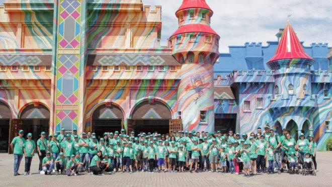Filhos de funcionários da Rede Pelanda em desfrutam da premiação por seu bom desempenho na escola, em viagem a famoso parque de diversões
