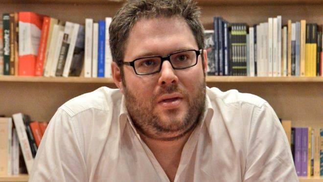"""Mathieu Bock-Côté, apresentando seu livro """"Le Nouveau Régime – Essais sur les enjeux démocratiques actuels"""", na livraria Quartier, no Quebec."""
