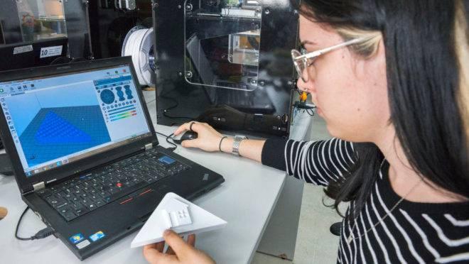 Julia Alberti Ginde desenvolve jogo de tabuleiro para pessoa com deficiência visual no Fab Lab da Rua da Cidadania do Cajuru.