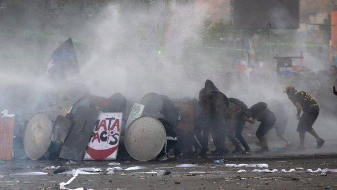 Choque entre manifestantes e forças de segurança durante protesto em Santiago, Chile, 12 de novembro de 2019