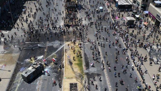 Polícia usa jatos d'água para dispersar manifestantes em Santiago, Chile, 12 de novembro de 2019