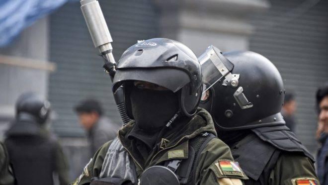 Polícia de choque em manifestação de apoiadores do ex-presidente da Bolívia Evo Morales e outros descontentes com a situação do país em La Paz, 13 de novembro de 2019