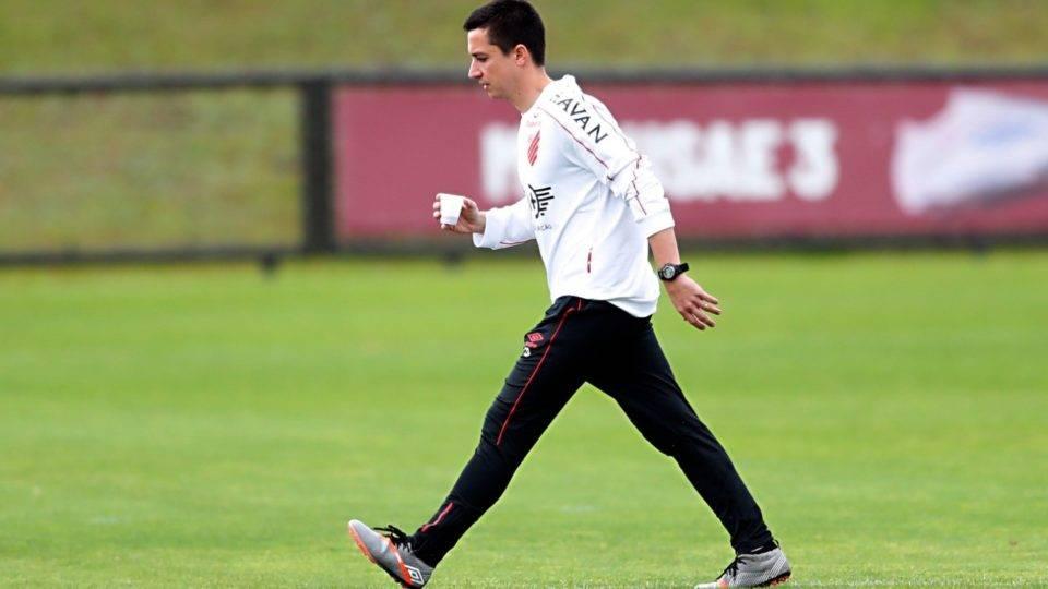 Athletico treina e Barros conta com dois retornos contra o Botafogo; veja equipe provável