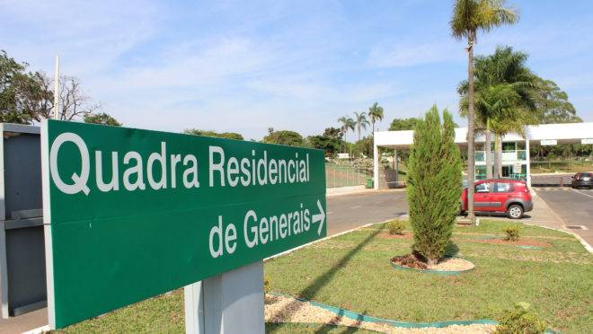"""O residencial dos generais quatro estrelas em Brasília, conhecido como """"Fazendinha"""": taifeiros cozinham, limpam a casa e cuidam do jardim, entre outros afazeres."""