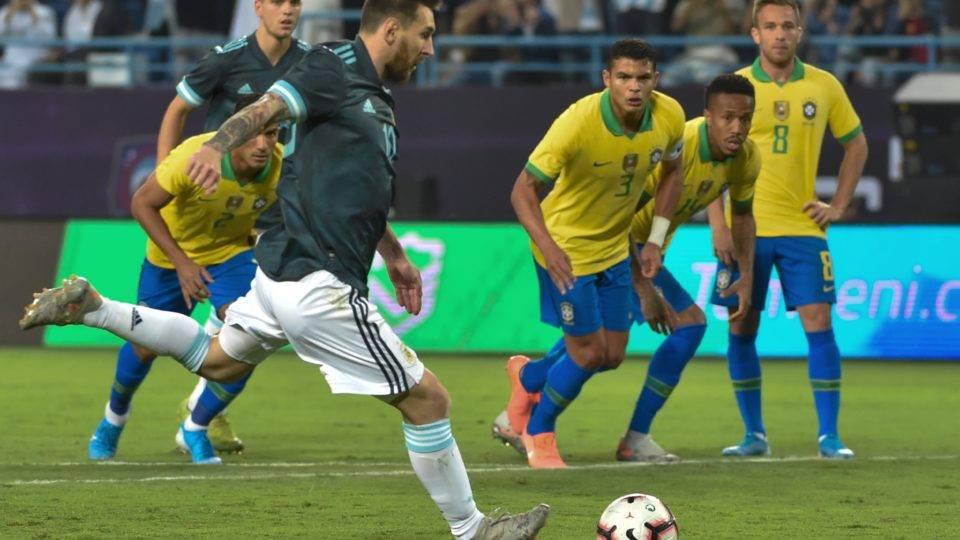 Jesus perde pênalti, Messi volta com gol e Argentina amplia o jejum do Brasil