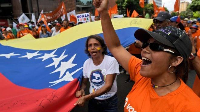 Opositores a Maduro protestam em Caracas neste sábado (16) pela manhã.