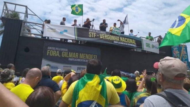 Manifestação em Copacabana, no Rio de Janeiro, neste domingo (17) pela manhã.