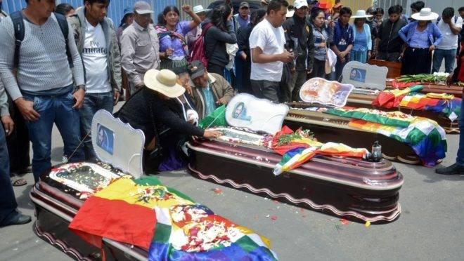 Familiares participam de funeral de mortos pela polícia durante protestos em Sacaba, Cochabamba, reduto eleitoral de Evo Morales.