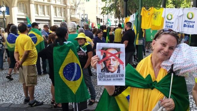 Manifestante pede o impeachment do ministro Gilmar Mendes em ato público no último domingo (17).