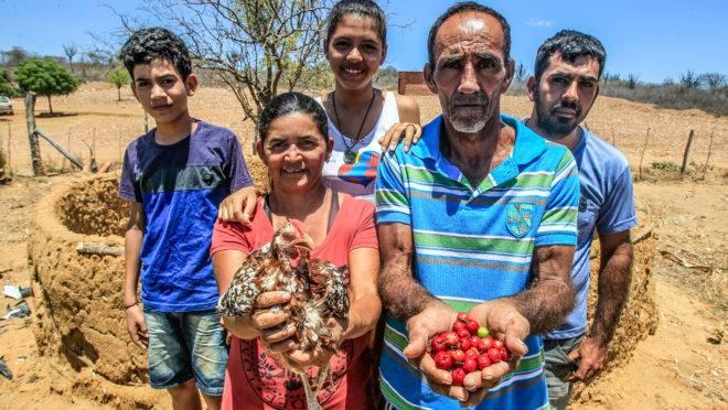 Antonio e Marineide (à frente) com o filho e os netos na propriedade da família em Petrolina (PE). Seca castiga produtores da região do semiárido pernambucano.