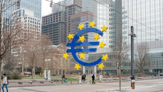 O Banco Central Europeu procura a estabilidade de preços na Zona do Euro e tem sua sede em Frankfurt, na Alemanha.