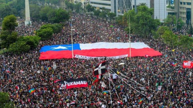 Manifestação em Santiago, no Chile. Governo anunciou consulta popular para mudar a constituição como forma de conter os protestos.