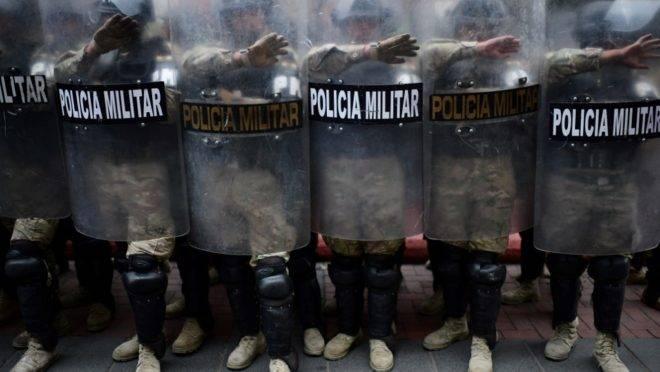Polícia Militar da Bolívia em protesto de apoiadores do ex-presidente da Bolívia, Evo Morales, em La Paz, 14 de novembro de 2019