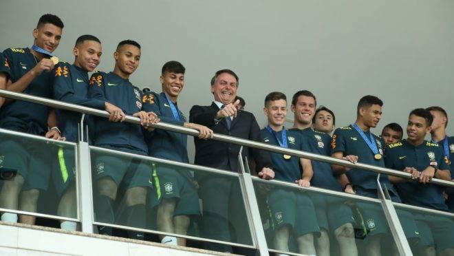 Bolsonaro recebe a seleção brasileira Sub-17 tetracampeã do mundo