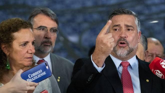 Os deputados Jandira Feghali (PCdoB-RJ), Henrique Fontana (PT-RS) e Paulo Pimenta (PT-RS) durante entrevista coletiva da oposição.