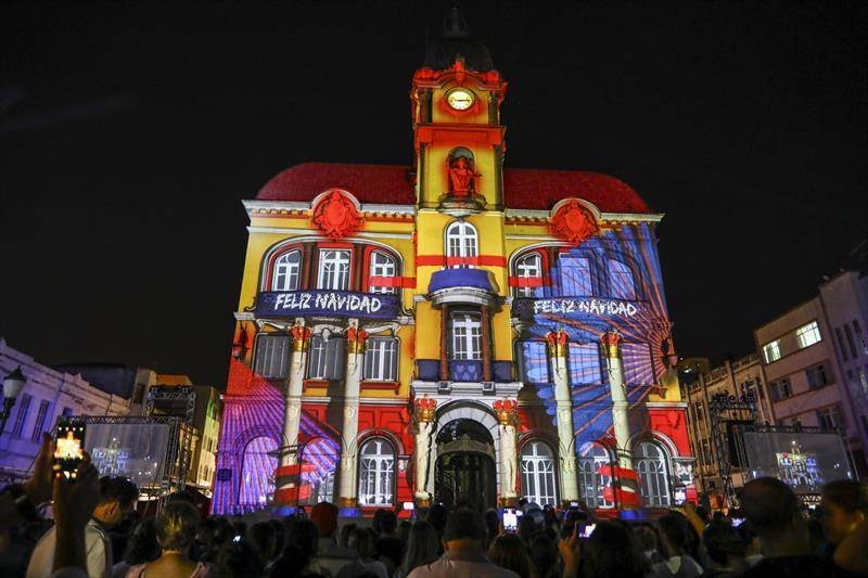 A fachada do Paço da Liberdade, primeira sede da Prefeitura e que atualmente abriga a unidade cultural do Sesc, ganha projeção computadorizada.