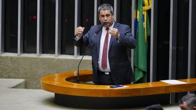 Deputado que quebrou placa de genocídio negro, Coronel Tadeu (PSL-SP) diz que policiais foram vítimas de racismo.