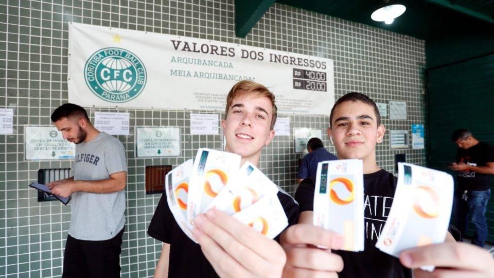 """Torcida do Coritiba faz fila por ingressos para decisão no Couto: """"Merecemos voltar"""""""