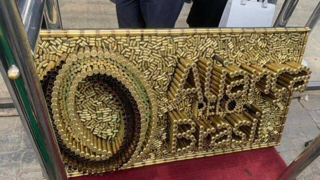 Logo Aliança pelo Brasil: escultura com balas de armas de fogo.