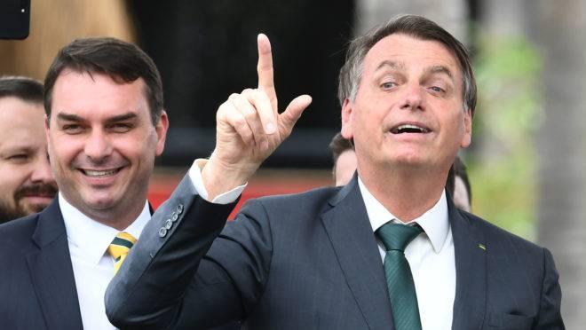 """Jair Bolsonaro vai presidir o novo partido e terá o filho Flávio na vice-presidência: legenda de """"direita pura""""."""