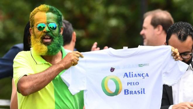 Apoiador de Bolsonaro exibe camiseta do partido Aliança pelo Brasil