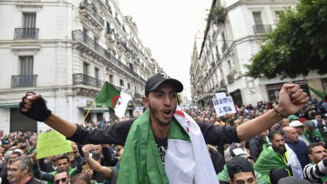 Manifestação antigovernamental no centro da capital Argel, na Argélia