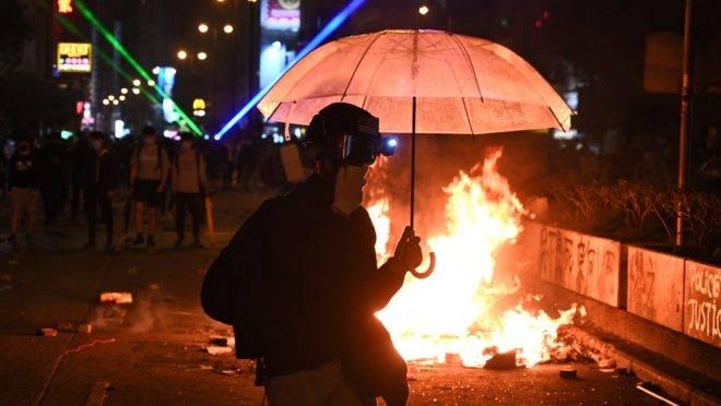 Manifestante provoca incêndio para impedir que a polícia entre no câmpus da Universidade Politécnica de Hong Kong.
