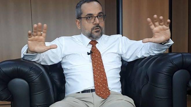 """""""Bilhões são jogados na privada para alimentar uma militância espúria"""", diz o ministro Abraham Weintraub, sobre o desperdício de dinheiro nas universidades federais."""