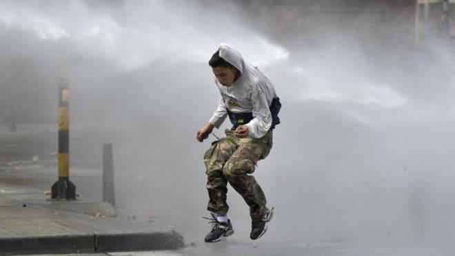 Manifestante é atingido por jato d'água da polícia de choque durante protesto, um dia após greve geral, em Bogotá, Colômbia, 22 de novembro de 2019