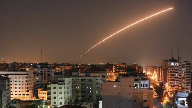 Míssil de Israel disparado do sistema de defesa aérea Cúpula de Ferro, projetado para interceptar e destruir foguetes, sobre Cidade de Gaza, 12 de novembro de 2019