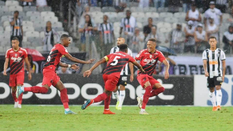Athletico vence Atlético-MG no Mineirão e se mantém há três meses sem perder fora