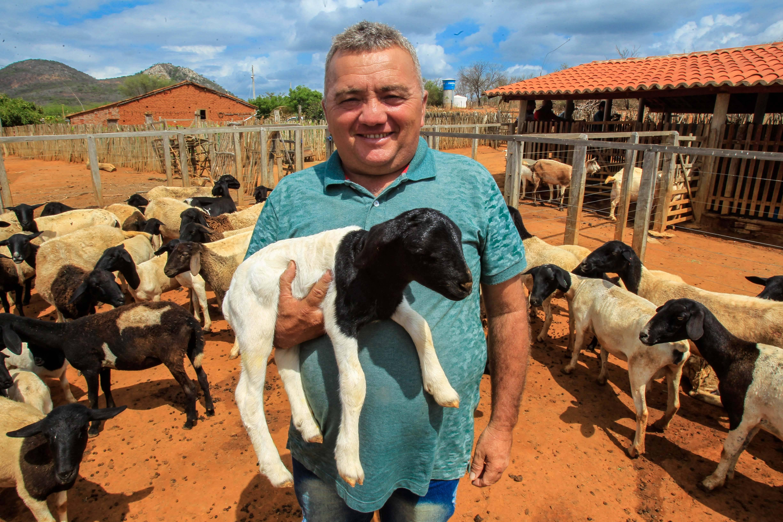 Natividade Vieira Rodrigues, produtor de Queimada Nova. Com inauguração de abatedouro, renda dos ovinocaprinocultores da região deve aumentar. Foto: Rogério Machado/Gazeta do Povo