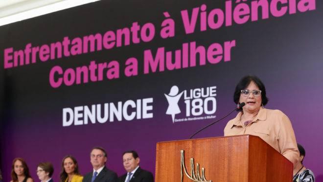Damares Alves denunciou ofensas de jornalista em solenidade do dia do enfrentamento à violência contra a mulher.