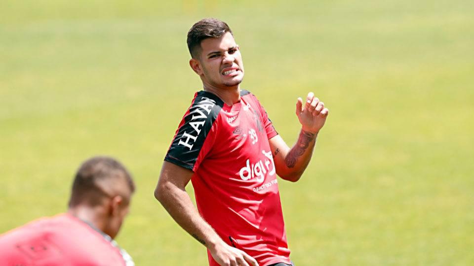 Com lesão muscular, Bruno Guimarães desfalca o Athletico contra o Grêmio
